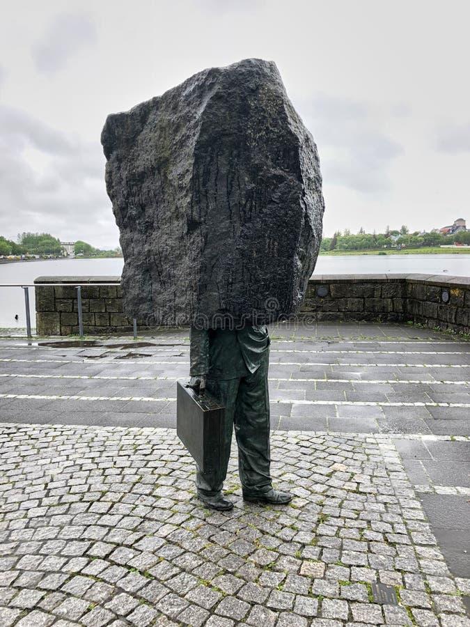 雷克雅未克,冰岛- 2018年6月30日:在1994年对马格纳斯创造的未知的官僚主义者的纪念品托马森 位于在之外 免版税库存图片