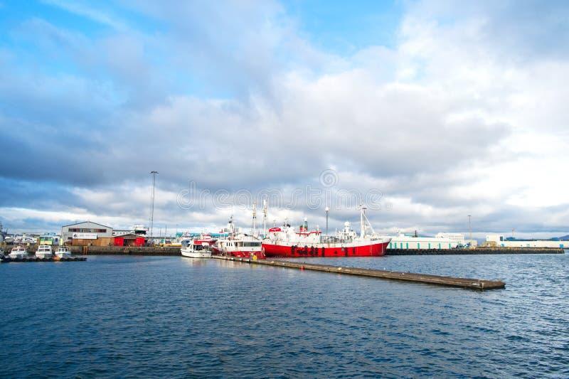 雷克雅未克,冰岛- 2017年10月13日:旅行乘船暑假 当不确定时,去休假 一艘大船 免版税库存图片