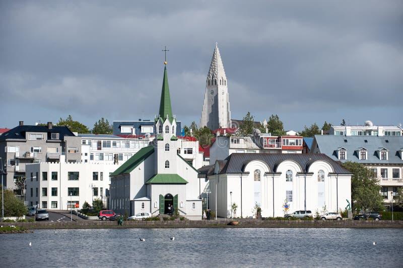 雷克雅未克,对教会Hallgrimskirkja的看法从城市池塘,冰岛 库存照片