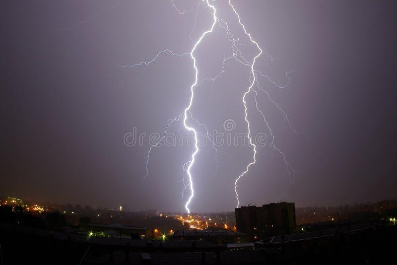雷击在黑暗的晚上 库存图片