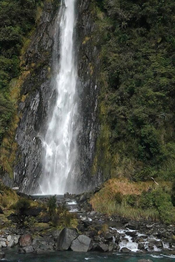 雷在哈斯特市通行证新西兰的小河秋天 库存图片