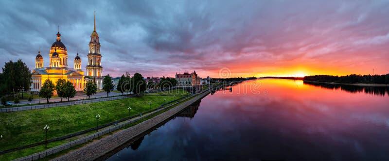 雷宾斯克全景日落的与伏尔加河 免版税库存照片