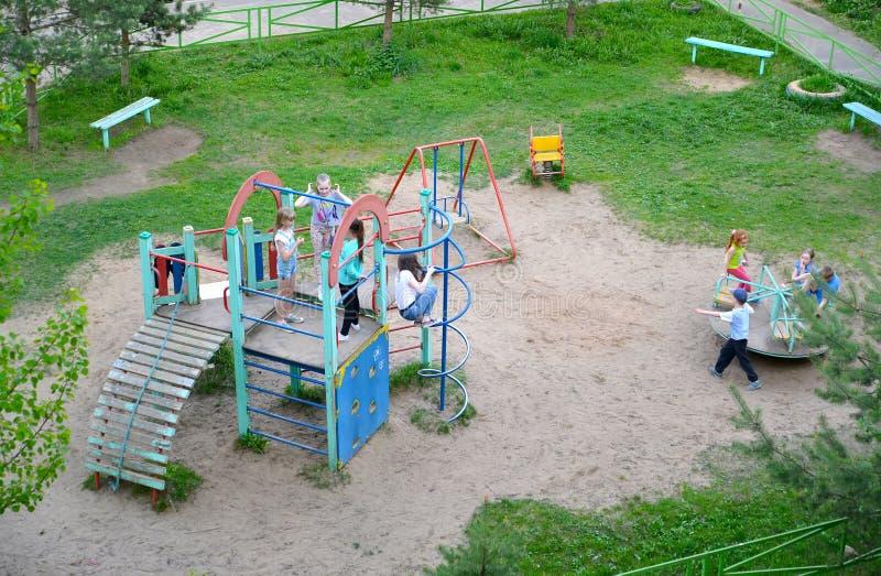 雷宾斯克,俄罗斯 儿童游戏在操场,顶视图 免版税库存照片