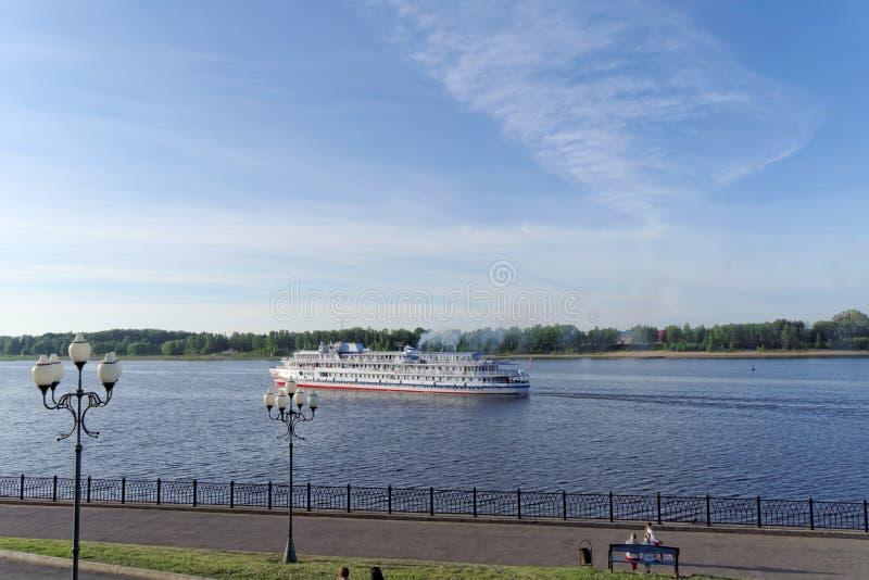雷宾斯克,俄罗斯 - 6月3日 2016年 乘客河在江边的船两资本在雷宾斯克 库存图片