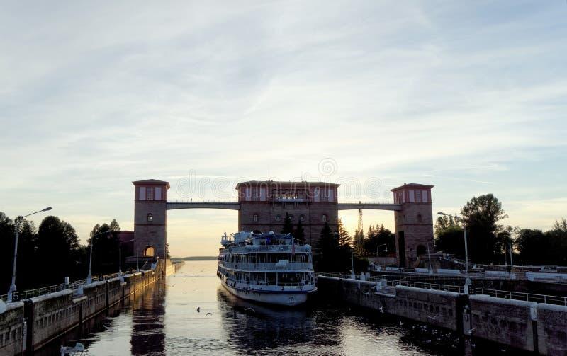 雷宾斯克,俄罗斯 - 6月3日 2016年 乘客河船两资本从在雷宾斯克水库的锁出来 免版税图库摄影