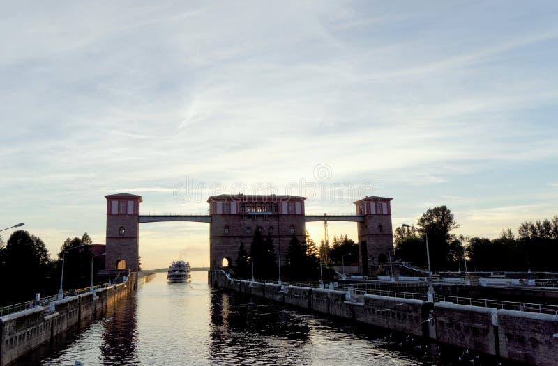 雷宾斯克,俄罗斯 - 6月3日 2016年 乘客河船两资本从在雷宾斯克水库的锁出来 免版税库存图片
