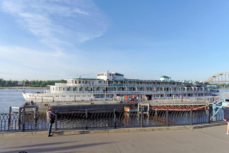 雷宾斯克,俄罗斯 - 6月3日 2016年 客船十月革命被停泊在雷宾斯克镇的码头  库存图片
