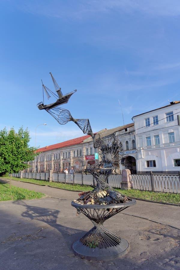 雷宾斯克,俄罗斯 - 6月3日 2016年 站立在伏尔加河的银行的雕刻的构成拖网 图库摄影