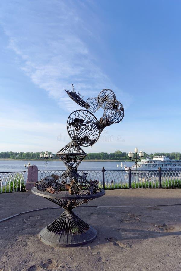 雷宾斯克,俄罗斯 - 6月3日 2016年 站立在伏尔加河的银行的雕刻的构成拖网 库存图片