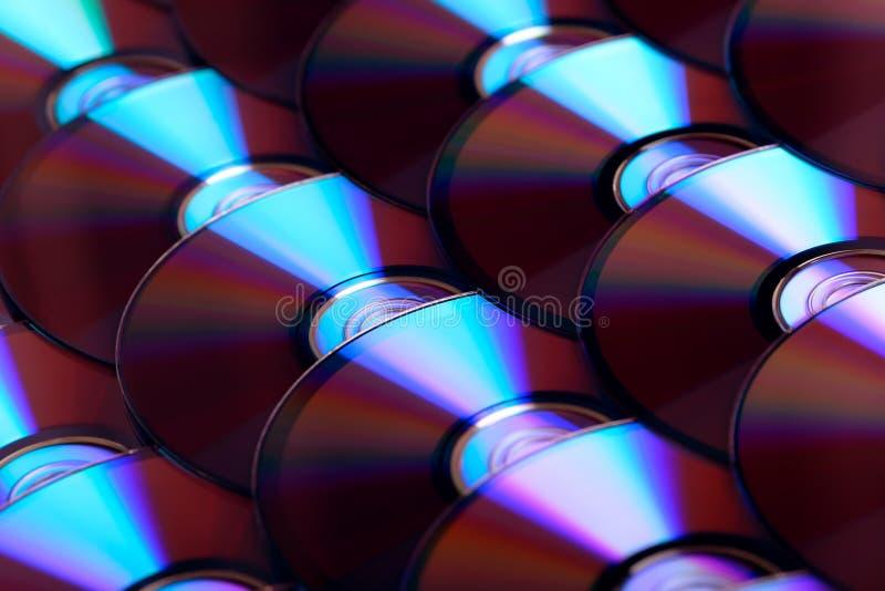 雷射唱片背景 几个CD的dvd Blu-ray圆盘 光学可录或可再写的数字资料存贮 库存照片