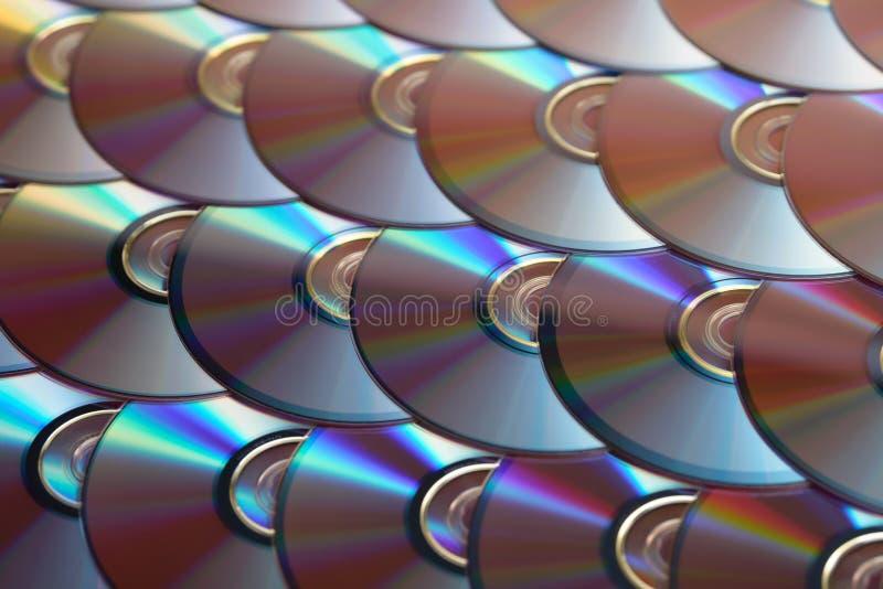 雷射唱片背景 几个CD的dvd Blu-ray圆盘 光学可录或可再写的数字资料存贮 免版税库存照片