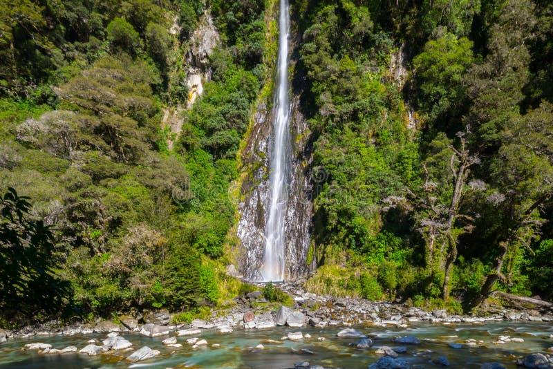 雷小河在Mt令人想往的国家公园,新西兰落 库存照片