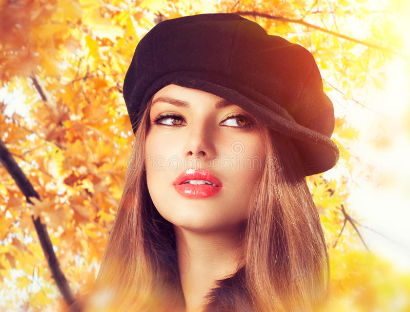 贝雷帽的秋天妇女 免版税图库摄影