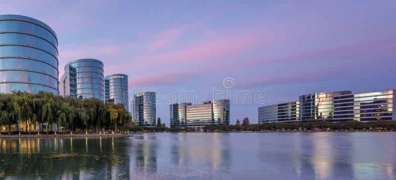 雷德伍德肖尔斯,加利福尼亚- 2018年9月27日:Oracle总部和湖有暮色天空全景 库存照片
