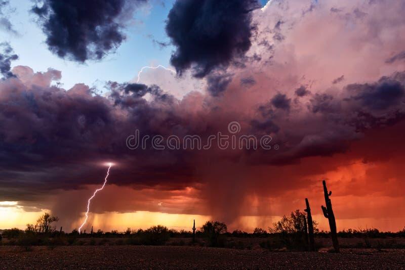 雷暴和闪电在日落 免版税图库摄影