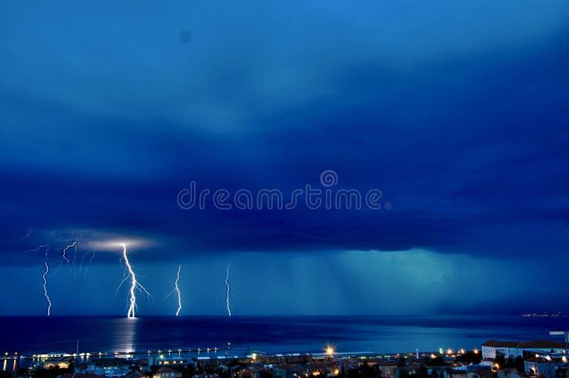 雷暴和风雨如磐的云彩有很多雨和城市scape,天际 免版税库存照片