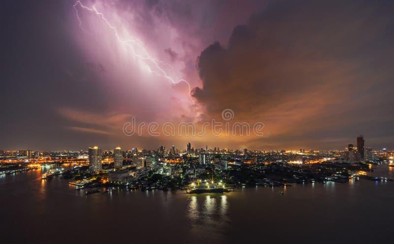 雷暴在修造的区域的雷击在曼谷 免版税库存照片