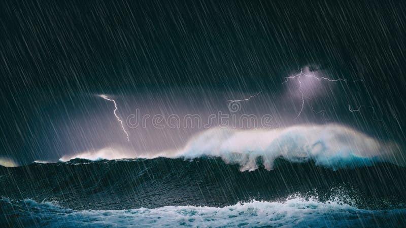 雷暴在有波浪和闪电的海 免版税库存照片