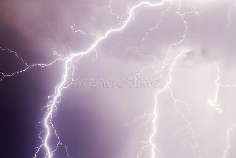 雷暴在黑暗的紫色多云天空的雷击 免版税库存照片
