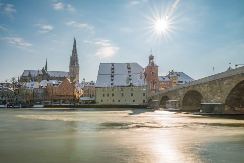 雷根斯堡在与散步的冬天大教堂和石桥梁,德国 库存照片