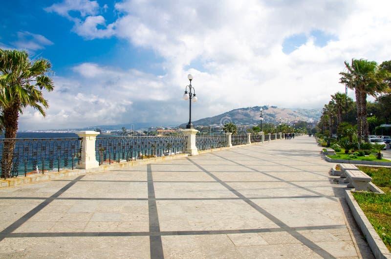 雷焦卡拉布里亚散步Lungomare Falcomata,意大利南部 图库摄影