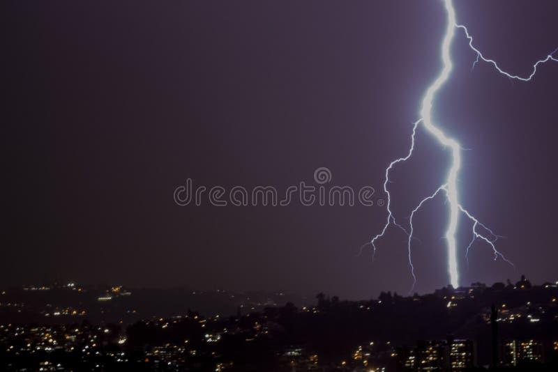 雷电风暴在晚上在城市 图库摄影