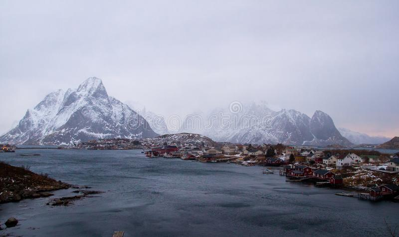 雷讷Lofoten -真实的冬天天气 免版税库存图片