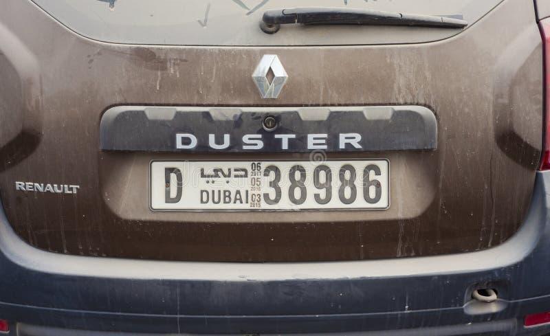 雷诺有尘土和沙子的喷粉器汽车 回到视图 阿拉伯联合酋长国 免版税库存图片