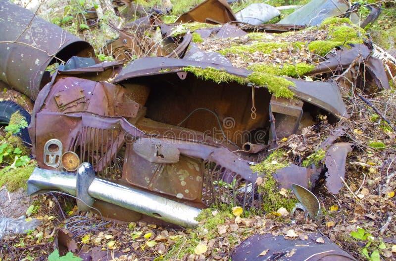 雷诺杜法因呢Gordini汽车wreek 自然在瑞典收回森林,汽车坟园 图库摄影