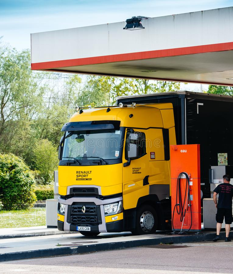 雷诺T520黄色卡车惯例1队加油站 免版税库存图片