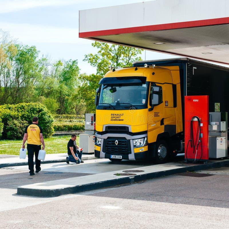 雷诺T520黄色卡车惯例1队加油站 图库摄影