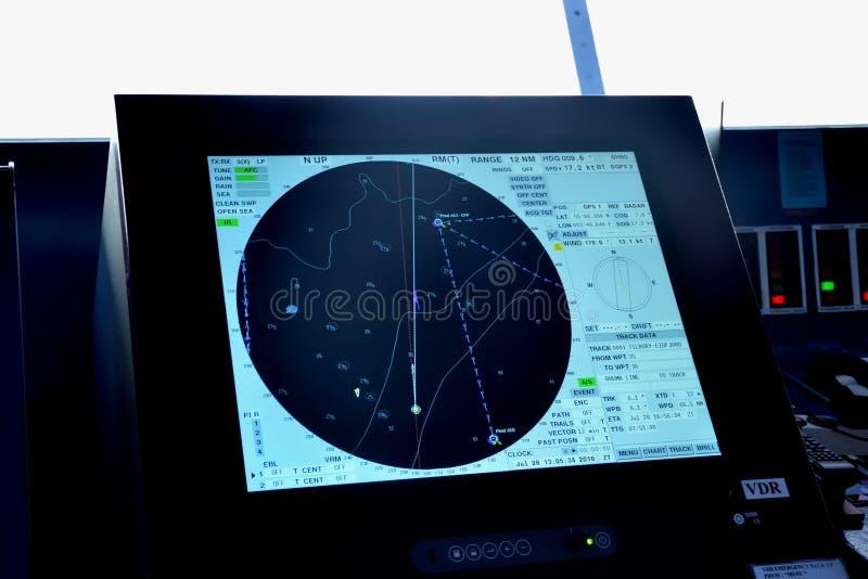 雷达和地点屏幕在乘客游轮桥梁  免版税图库摄影