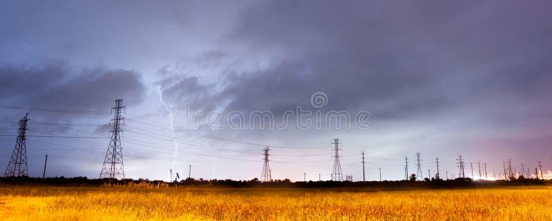 雷雨在输电线南得克萨斯的雷暴闪电 图库摄影