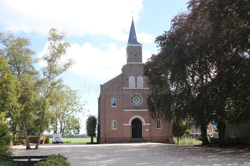 雷韦克dorp的被改革的教会沿Kerkweg在荷兰 免版税图库摄影