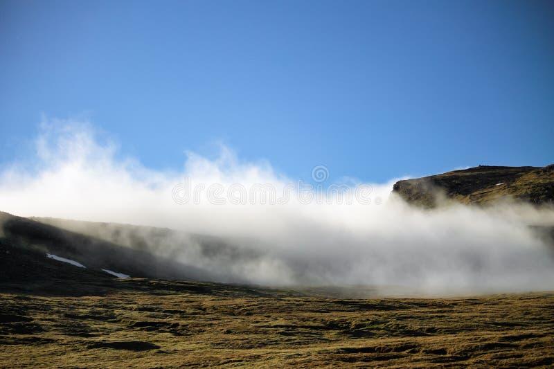 雾和蓝天天气 法罗岛,丹麦,欧洲 库存照片