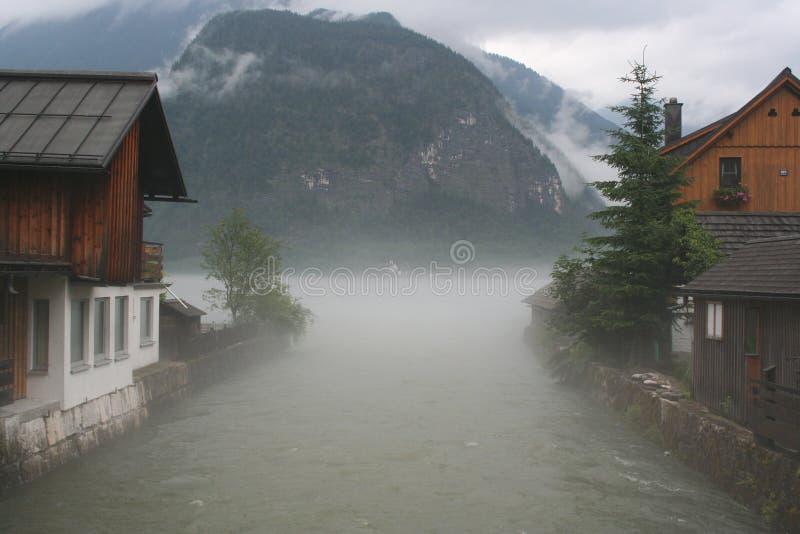 雾在Hallstatt 免版税库存照片