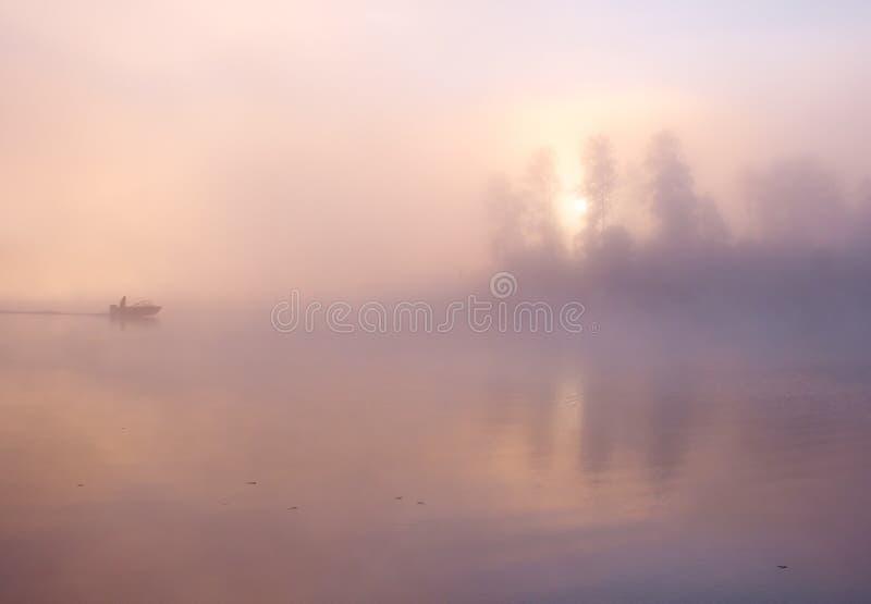 雾渔船湖 免版税库存图片