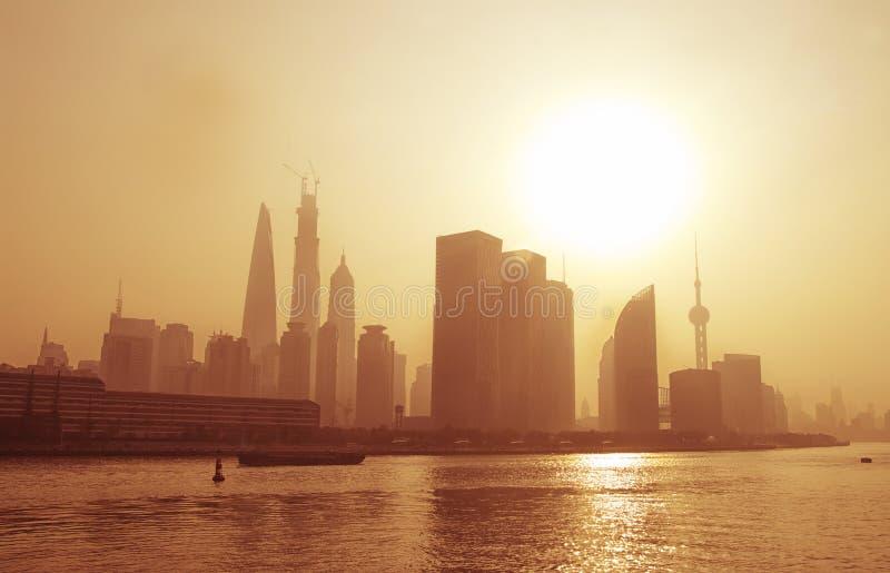 雾的大城市,上海。 库存照片