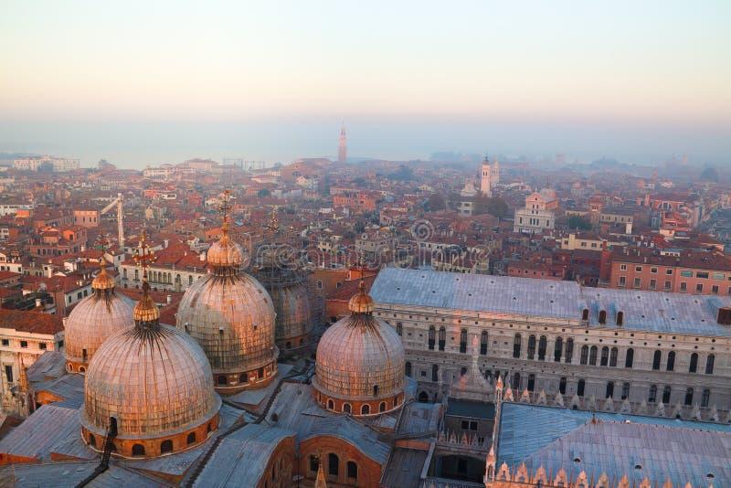 雾的威尼斯在日落 图库摄影