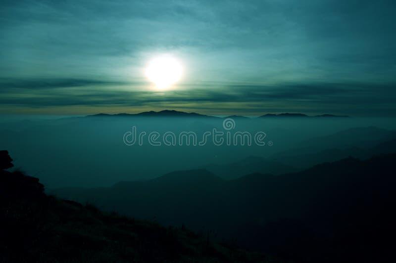 雾的山脉在破晓的 免版税库存图片