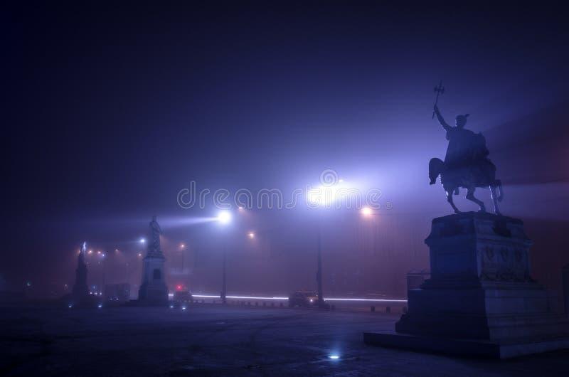 雾的布加勒斯特在晚上 免版税库存照片