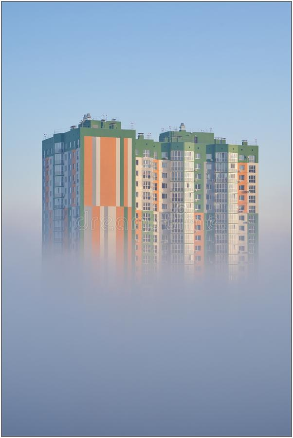 雾的议院在清早 库存图片