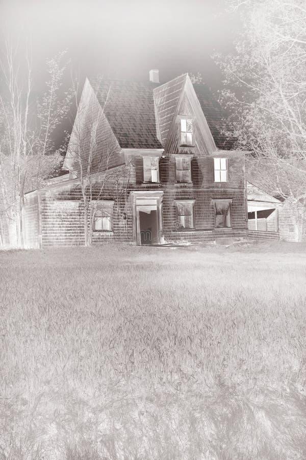 雾被困扰的房子 库存照片