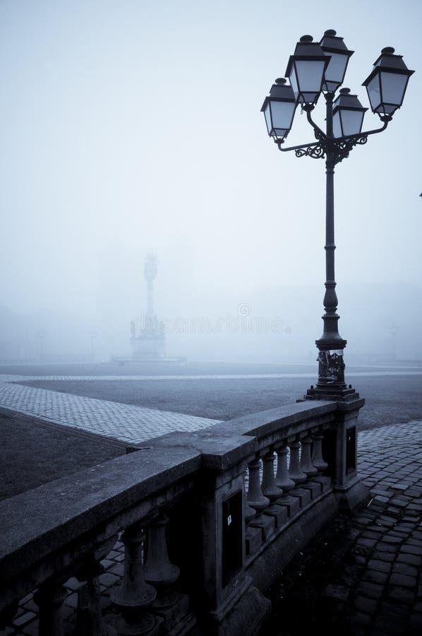 雾闪亮指示华丽街道 免版税库存图片