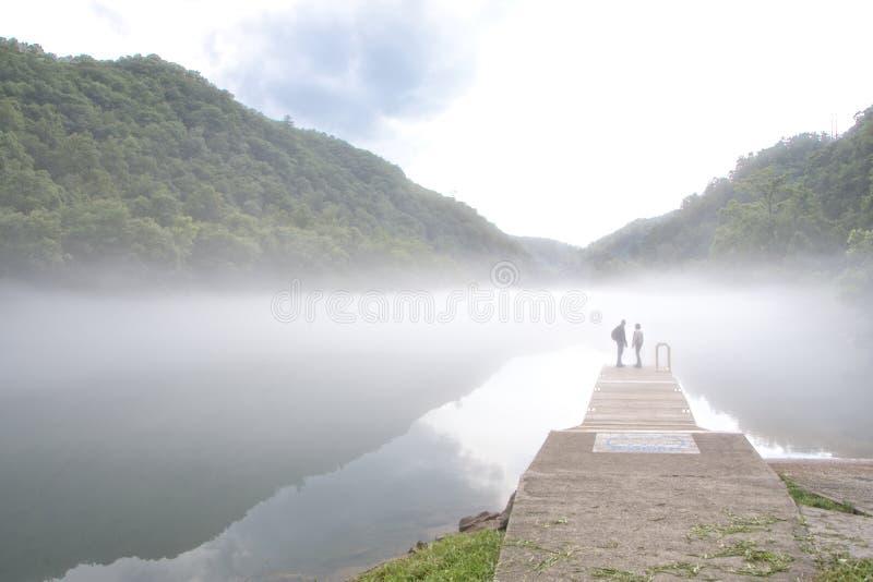 雾Covering湖芳塔娜,北卡罗来纳 免版税库存图片