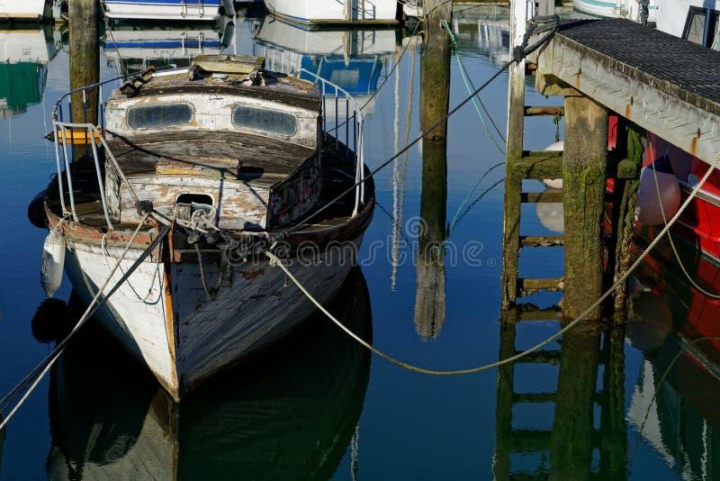 需要温柔的爱护,新西兰的老游艇 库存照片