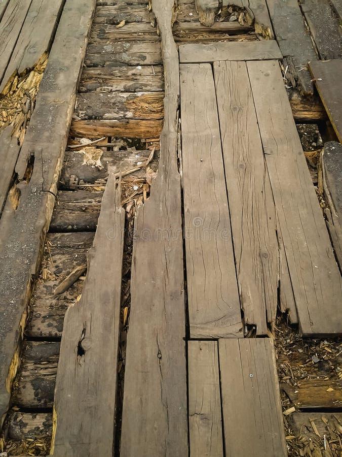 需要重建的老打破的木地板 免版税图库摄影