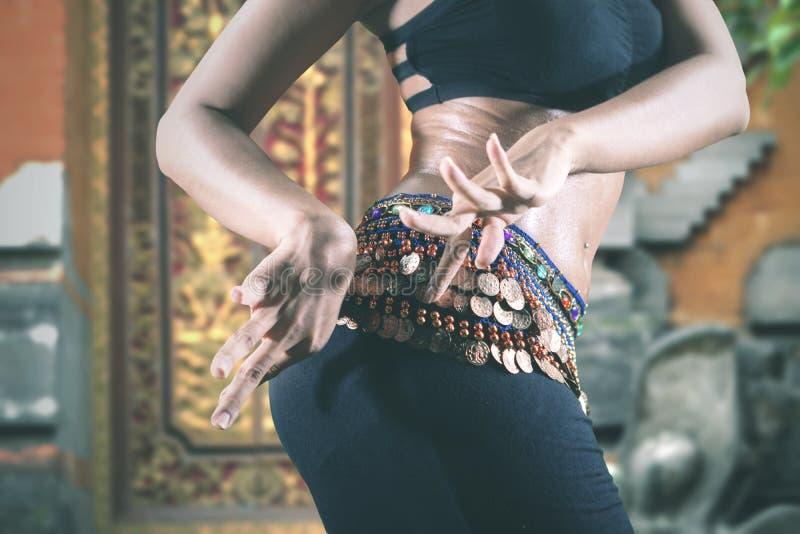 震动她的臀部的年轻肚皮舞表演者在户外 库存照片
