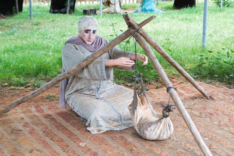 震动牛奶的摩洛哥妇女时装模特传统 库存图片