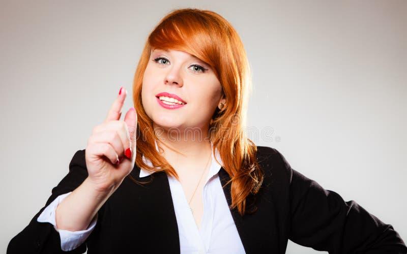 震动的女商人摇摆她的手指 免版税库存照片